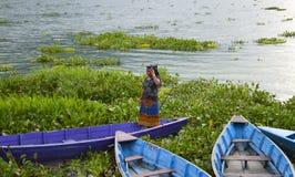 Mulher do barco a remos Imagens de Stock