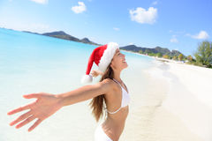Mulher do biquini do chapéu de Santa do Natal em férias da praia imagens de stock