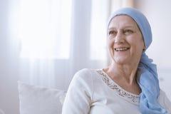 Mulher do câncer que sorri com esperança imagem de stock royalty free
