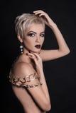Mulher do cabelo curto do Nude com acessórios da joia Fotos de Stock Royalty Free