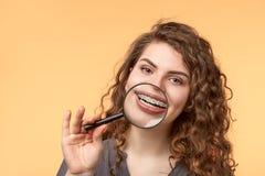 Mulher do cabelo encaracolado com suportes Imagem de Stock Royalty Free