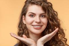 Mulher do cabelo encaracolado com suportes Imagens de Stock
