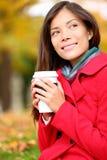 Mulher do café que aprecia a queda e o café no outono Imagens de Stock