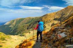Mulher do caminhante com a trouxa em montanhas de Fagaras, a Transilvânia, Romênia, Europa imagem de stock royalty free