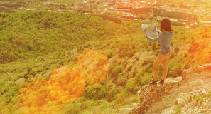 Mulher do caminhante com um mapa nas montanhas Fotos de Stock