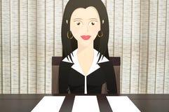 A mulher do caráter que senta-se em uma cadeira na frente da tabela, dá três opções do papel vazio para pôr o tex Foto de Stock Royalty Free