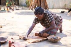 Mulher do ceramist do tribo de Ari imagem de stock