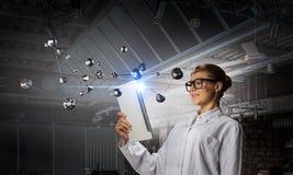 Mulher do cientista que faz a pesquisa Meios mistos Fotos de Stock Royalty Free