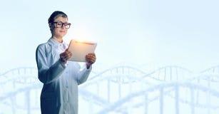 Mulher do cientista que usa o PC da tabuleta Meios mistos Imagem de Stock