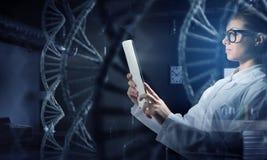 Mulher do cientista que usa o PC da tabuleta Meios mistos Fotos de Stock