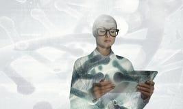 Mulher do cientista que usa o PC da tabuleta Meios mistos Fotos de Stock Royalty Free