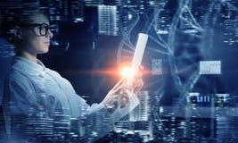 Mulher do cientista que usa o PC da tabuleta Meios mistos Fotografia de Stock