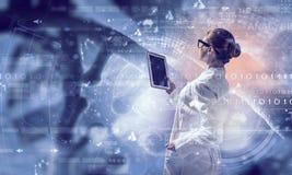 Mulher do cientista que usa o PC da tabuleta Meios mistos Fotografia de Stock Royalty Free