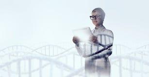 Mulher do cientista que usa o PC da tabuleta Meios mistos Meios mistos Fotos de Stock