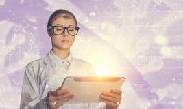 Mulher do cientista que usa o PC da tabuleta Meios mistos Meios mistos Fotografia de Stock