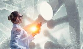 Mulher do cientista que usa o PC da tabuleta Meios mistos Meios mistos Foto de Stock