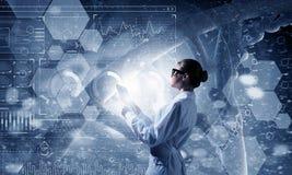 Mulher do cientista que usa o PC da tabuleta Meios mistos Meios mistos Foto de Stock Royalty Free