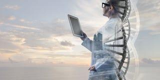 Mulher do cientista que usa o PC da tabuleta Meios mistos Meios mistos Fotografia de Stock Royalty Free