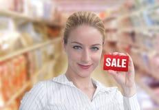 Mulher do cliente da venda do disconto com cartão Fotografia de Stock Royalty Free