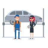 A mulher do cliente do mistério no revestimento do espião verifica o mecânico de carro Imagens de Stock Royalty Free