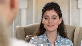 A mulher do close up comemora o evento especial com o noivo no café vídeos de arquivo