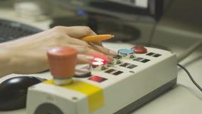 A mulher do close up pressiona botões no controlo a distância video estoque