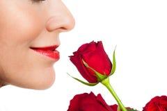 Mulher do close-up que cheira uma rosa fotos de stock royalty free