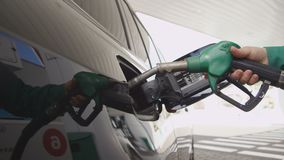 A mulher do close up reabastece o carro com petróleo da qualidade video estoque