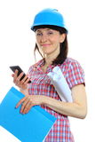 Mulher do construtor no capacete protetor usando o telefone celular Imagem de Stock
