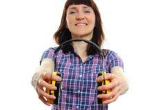 Mulher do construtor que guarda fones de ouvido protetores Fotografia de Stock Royalty Free
