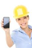 Mulher do coordenador ou do arquiteto que mostra o telefone esperto imagens de stock