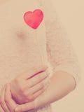 Mulher do corpo da parte com pouco coração vermelho Foto de Stock
