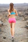 Mulher do corredor da fuga que corre a corrida através dos campos Fotografia de Stock