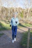 Mulher do corredor que movimenta-se no parque foto de stock royalty free