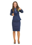 Mulher do corretor de imóveis que dá chaves e que estica a mão para o aperto de mão Foto de Stock Royalty Free