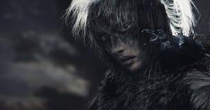 Mulher do corvo sobre o céu nebuloso fotos de stock royalty free
