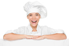 Mulher do cozinheiro chefe ou do padeiro que mostra o quadro de avisos do sinal excitado Fotografia de Stock Royalty Free