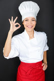 Mulher do cozinheiro chefe que dá um gesto perfeito com mão fotografia de stock