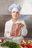 Mulher do cozinheiro com carne crua Fotos de Stock