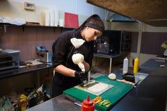 A mulher do cozinheiro prepara a cozinha do restaurante de sushi do alimento Imagens de Stock Royalty Free