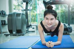 Mulher do crossfit do Gym que dá certo fazendo impulso-UPS Imagem de Stock