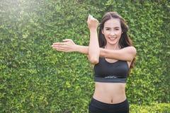 Mulher do crossfit do Gym que dá certo fazendo impulso-UPS Imagens de Stock