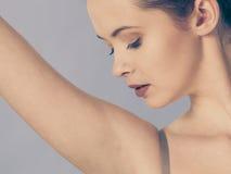 Mulher do cuidado da axila com pele perfeita imagens de stock