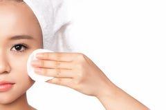 Mulher do cuidado de pele que remove a composição com a almofada do cotonete de algodão - conceito da face do cuidado de pele Clo imagem de stock