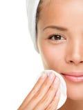 Mulher do cuidado de pele que remove a composição Imagem de Stock Royalty Free