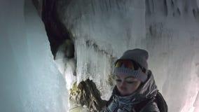 Mulher do curso na caverna de gelo do Lago Baikal Selfie da opinião do Pov O mochileiro da menina é passeio do grot do gelo O via filme
