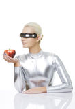 Mulher do Cyber com uma maçã Fotos de Stock Royalty Free