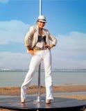 Mulher do dançarino de Polo contra o mar Imagens de Stock Royalty Free