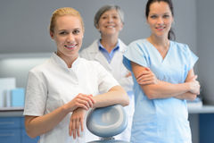 Mulher do dentista de três profissionais na cirurgia dental imagens de stock