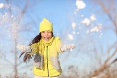 Mulher do divertimento do inverno que joga na neve fora foto de stock